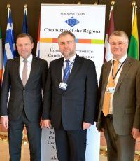 Od lewej: Michael Schneider, przewodniczący grupy EPL, Marszałek Marek Woźniak, Markku Markkula, przewodniczący Komitetu Regionów